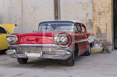 Klassisches Amerikanisches rotes Auto in Havanna, Kuba