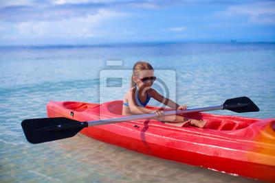 Kleines entzückendes Mädchen Kajakfahren in der klaren Meer