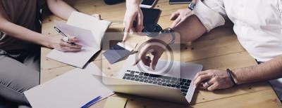 Poster Konzept des neuen Ideengeschäftsprojektes der Präsentation Erwachsener Geschäftsmann, der Ideen mit Kundenberater und kreativem Manager im modernen Büro bespricht. Breit.