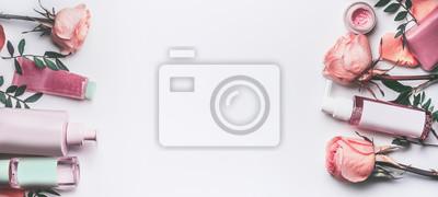 Poster Kosmetikprodukte mit Rosen-ätherischem Öl: Toner, Serum, Wesentlichen, Feuchtigkeitscreme und andere auf weißem Tischplattenhintergrund, Draufsicht, Fahne. Gesichtspflege Schönheitspflege