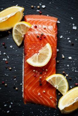 Poster Köstliche Lachsfilets mit Zitrone, Meersalz und Pfeffer auf einem da