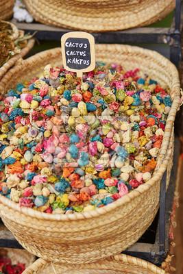 Kräuter und trockene Blumen auf einem traditionellen marokkanischen Markt