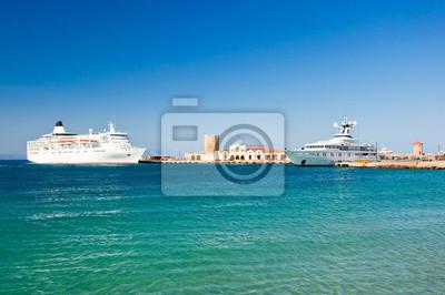 Kreuzfahrtschiff in einem Hafen. Griechenland, Rhodos.