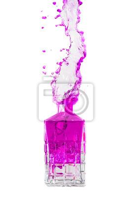 Kristall-Flasche mit Flüssigkeit heraus spritzt auf einem weißen Hintergrund