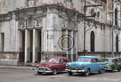 Kubanischen Taxis vorbei unter einer alten Kirche in Havanna