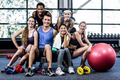 Poster Lächelnd Fitness-Klasse posiert zusammen