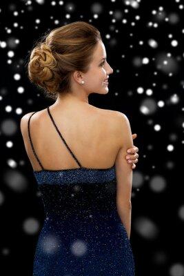 Poster lächelnde Frau im Abendkleid