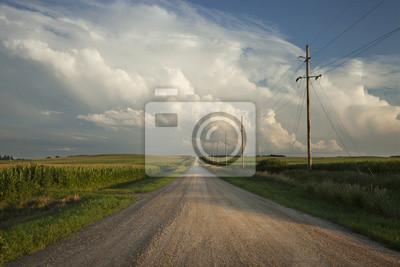 Poster Ländliche Straße mit dramatischen Wolken in Süd-Minnesota bei Sonnenuntergang