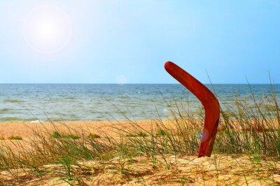 Poster Landschaft mit Bumerang auf überwucherten Sandstrand.