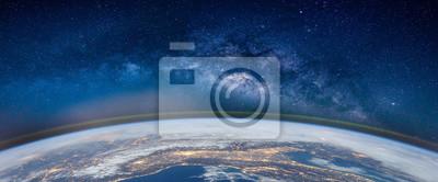 Poster Landschaft mit Milchstraße. Erde und Aurora-Ansicht vom Raum mit Milchstraße. (Elemente dieses Bildes von der NASA eingerichtet)