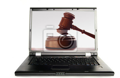 Laptop ein Richter Gericht Hammer auf Bildschirm, weiß