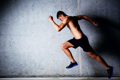 Poster Läufer sprintet gegen Betonmauer in Garage