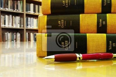 Lawbooks und einen Stift auf einem Tisch, in einer Bibliothek