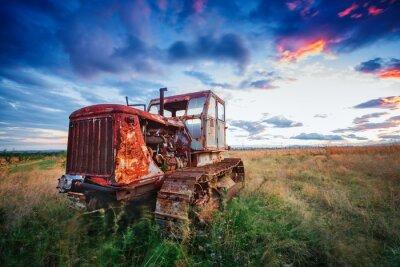 Poster Ld rostigen Traktor in einem Feld auf Sonnenuntergang