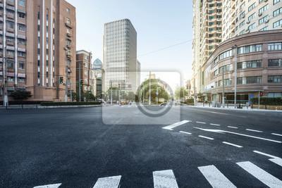Poster leere Asphaltstraße eine moderne Stadt mit Wolkenkratzern