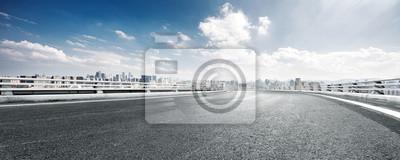 Poster Leere Straße und Stadtbild der modernen Stadt gegen Wolken Himmel