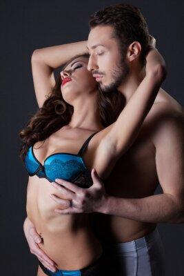 Poster Leidenschaftliche seminude Liebhaber umarmt im Studio