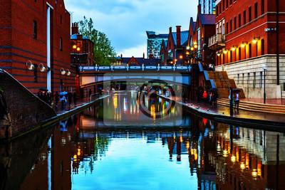 Leute, die während des Regens am Abend an berühmtem Birmingham-Kanal in Großbritannien gehen