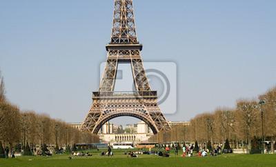Leute entspannt auf dem Champ de Mars in der Nähe des Eiffelturms
