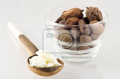 Löffel mit Shea-Butter und Nüsse