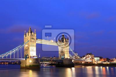 London Tower Bridge in der Abenddämmerung