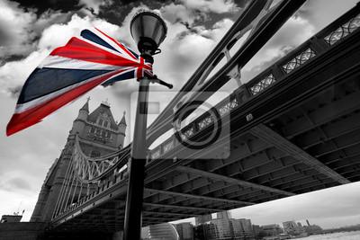 London Tower Bridge mit bunten Flagge von England