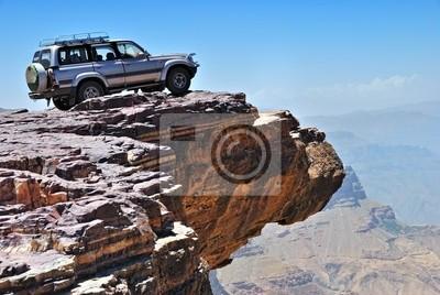 Lone Auto ist auf Felsen über abtrünnigen stehen