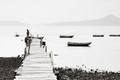 Poster Lonely Pier entlang der Küste, Bild geringer Sättigung.