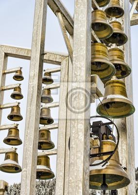 Lot der Glocken auf einem Rahmen aufgehängt