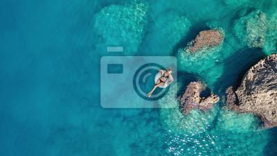 Poster Luftaufnahme am Mädchen auf Seeoberfläche. Schöne Komposition zur Sommerzeit