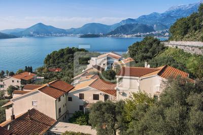 Luftaufnahme der Küstenstadt, Budvanska Riviera, Montenegro
