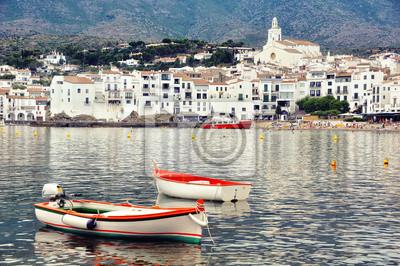 Luftaufnahme von Cadaques, Spanien mit Kathedrale, das Meer und zwei Boote