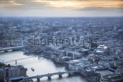 Poster Luftbild der Stadt London in der Abenddämmerung. Mit der Themse, der St. Pauls Kathedrale und dem Finanzviertel im Vordergrund.
