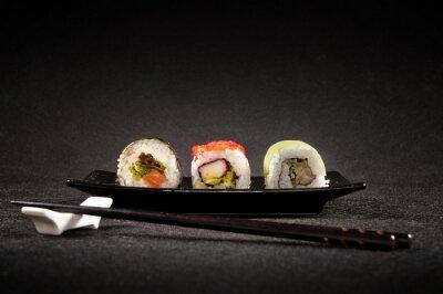 Poster Luxuriöse Sushi auf schwarzem Hintergrund - japanische Küche