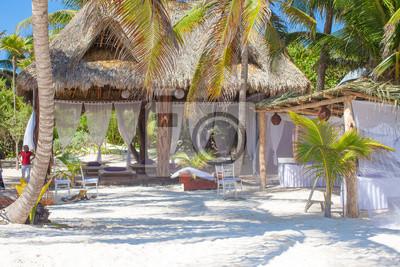 Luxus Hotel im tropischen Resort auf Ozean-Ufer mit Palmen