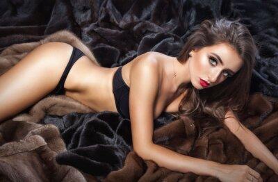 Poster Luxus schönen Frau im Pelz Nerz-Mantel mit Kapuze Blick auf cam