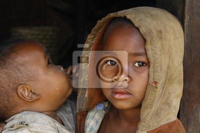 Madagaskar-schüchtern und armen afrikanischen Mädchen mit Kind