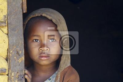 Madagaskar-schüchtern und armen afrikanischen Mädchen mit Kopftuch