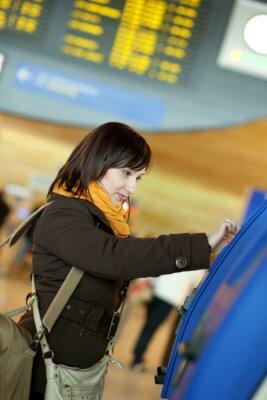 Mädchen, das Selbst-Check-in am Flughafen