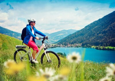 Poster Mädchen mit E-Bike in der Natur / e-power 04