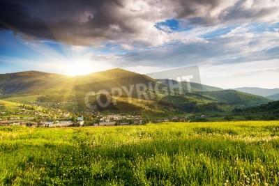 Poster Majestätische Berge Landschaft unter Morgen Himmel mit Wolken. Bedeckter Himmel vor dem Sturm. Karpaten, Ukraine, Europa.