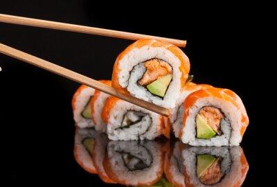 Poster Maki Sushi serviert auf schwarzem Hintergrund