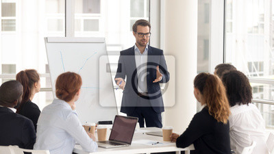 Poster Male business coach speaker in suit give flipchart presentation