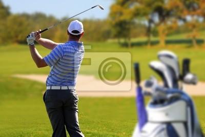 Man spielt Golf mit Golftasche