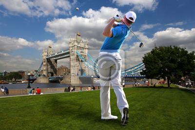 Man spielt Golf neben der Tower Bridge, London, UK