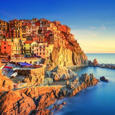 Poster Manarola Dorf, Felsen und Meer bei Sonnenuntergang. Cinque Terre, Italy