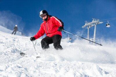 Poster Männliche Skifahrer Skifahren im Skigebiet