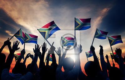 Poster Menschen Winken südafrikanischen Flaggen im Gegenlicht