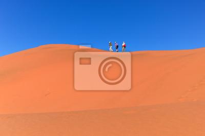 Menschen zu Fuß auf Düne, Namib Wüste, Reisen in Südafrika