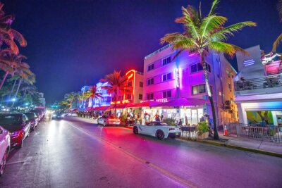 Poster MIAMI BEACH - FEBRUARY 28, 2016: Lights of Ocean Boulevard with restaurants and traffic